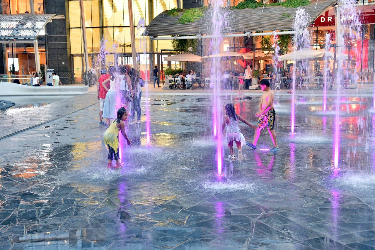Gae aulenti bagni nella fontana via il divieto for Fontana arredamenti milano via tibaldi