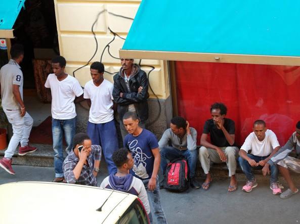 Immigrati eritrei in via Panfilo Castaldi (Fotogramma)