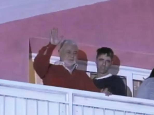 Francesco Sicignano  saluta i partecipanti al corteo di solidarietà sotto la sua abitazione (Ansa)