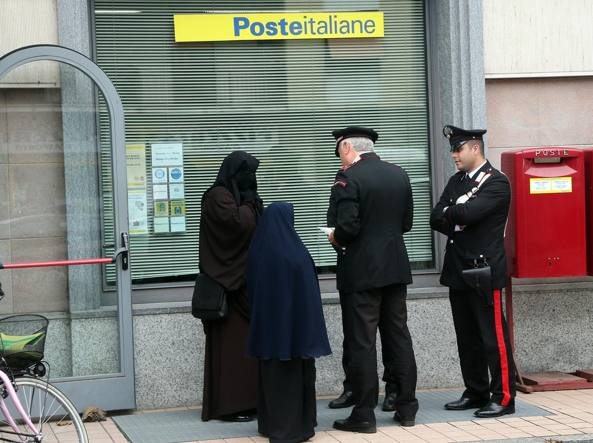 La terrorista Fatima, all'anagrafe Maria Giulia Sergio, a ottobre 2014 si present� velata all'ufficio postale di via Quintino di Vona e il direttore non la fece entrare per l'impossibilit� di identificarla (Fotogramma)
