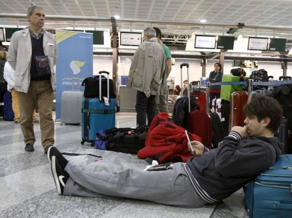 I passeggeri della Oman Air in attesa a Malpensa (Fotogramma)