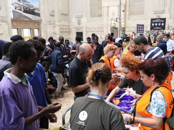 Accoglienza dei profughi alla stazione Centrale (Fotogramma)