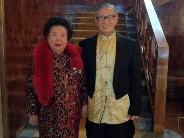 La signora Cheng con il marito in uno scatto in occasione di un incontro con l'artista Maurizio Cattelan, amico della coppia
