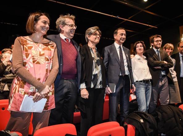Giuseppe Sala con alcuni assessori al teatro Elfo (Fotogramma)