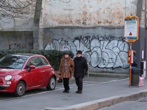 La notte del 14 gennaio la Polizia locale ha fermato e denunciato tre writer in via Canonica (Fotogramma)