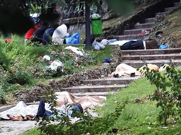 Profughi accampati nei giardini di Porta Venezia (Fotogramma)