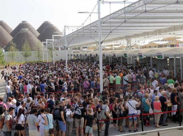 Grandi code per l'ingresso ai tornelli di Expo (Fotogramma)