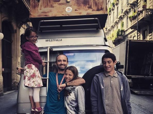 Giuliano Pellizzari con i suoi tre figli e il pulmino che li ha portati in Lapponia