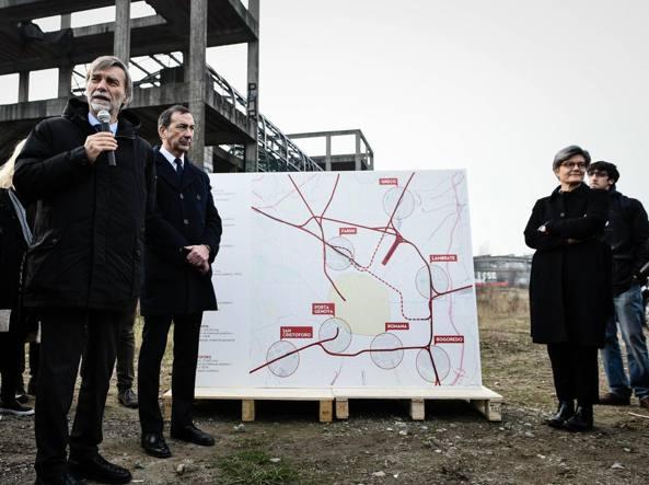 Il ministro alle Infrastrutture Graziano Delrio e il candidato alle primarie del centrosinistra Giuseppe Sala (Fotogramma)