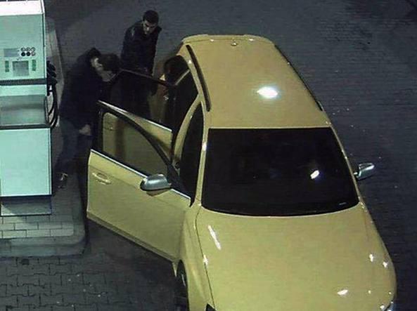 Un'immagine dei banditi in fuga sull'Audi Rs4 gialla, ripresi dalle telecamere di sicurezza di un distributore mentre fanno rifornimento dopo una fuga dalle forze dell'ordine