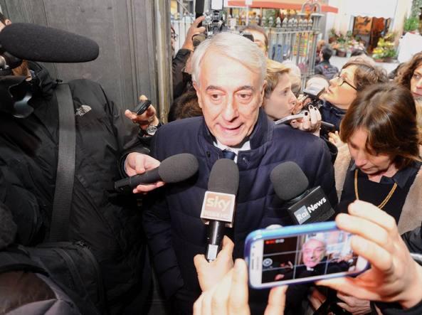 Giuliano Pisapia e la moglie Cinzia Sasso votano per le primarie (Fotogramma)