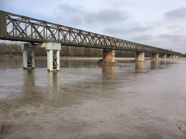 Il Po al ponte della Becca luned� 8 febbraio (foto Ermanno Bidone)