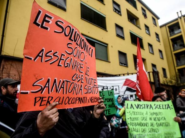 Il presidio anti-sgombero in via Civitali (Newpress)
