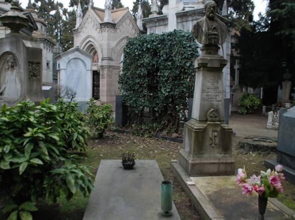 La tomba da cui è stato rubato il  crocifisso da processione del 1952, opera di Lucio Fontana: è sparito, probabilmente rubato