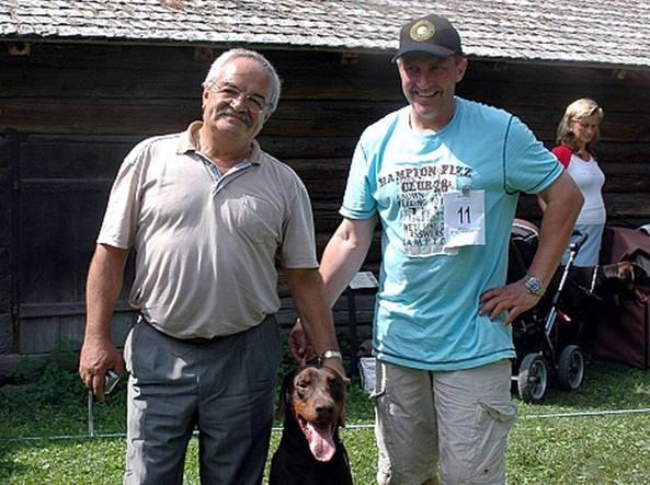 Pietrogino Pezzano a un concorso canino con uno dei dobermann che allena