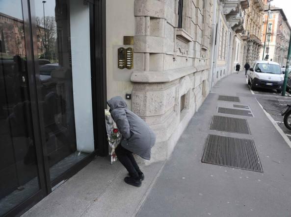 Studenti universitari hanno lasciato una rosa bianca e una rossa davanti alla casa di Umberto Eco in piazza Castello (Fotogramma)