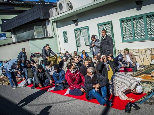 Preghiera al Centro culturale islamico di via Cenisio a Bergamo (Fotogramma Bergamo)