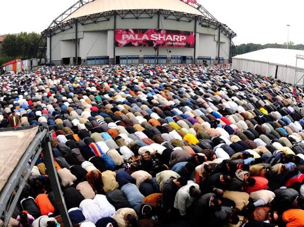 Preghiera islamica al Palasharp per la fine del Ramadan, 30 settembre 2008 (Fotogramma)