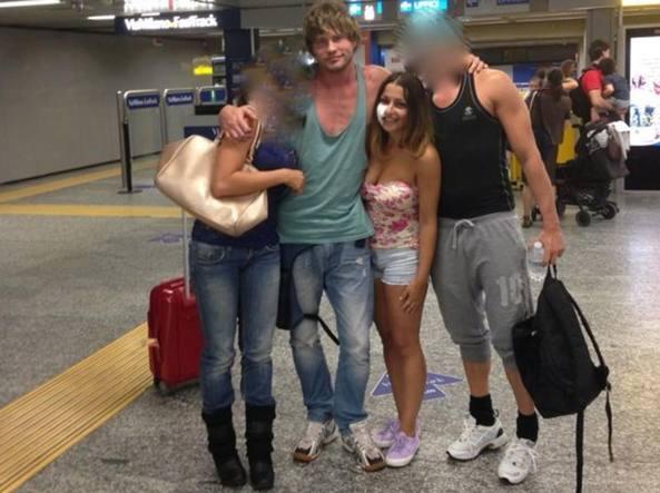 La foto del gruppo di amici in partenza per la Grecia. Al centro Alex e Martina, con la guancia coperta da una benda dopo essersi fatta incidere una A dal suo amante