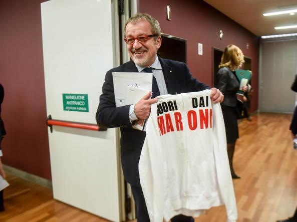 Roberto Maroni con la felpa dei grillini  con la scritta «Maroni fuori dai maroni» (Newpress)