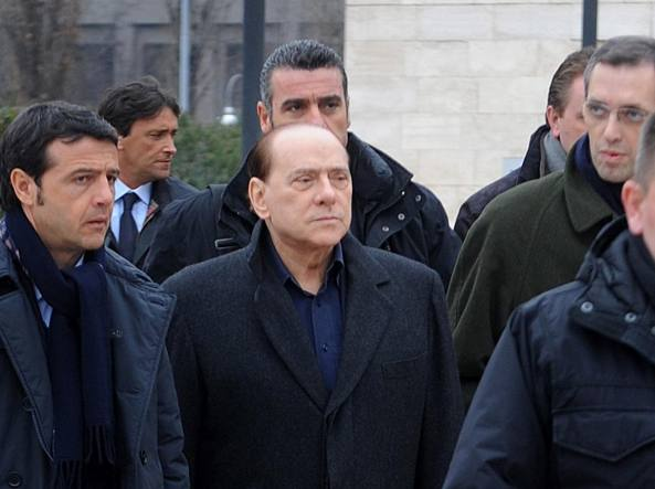 Berlusconi esce dal San Raffaele, gennaio 2010 (Ansa)