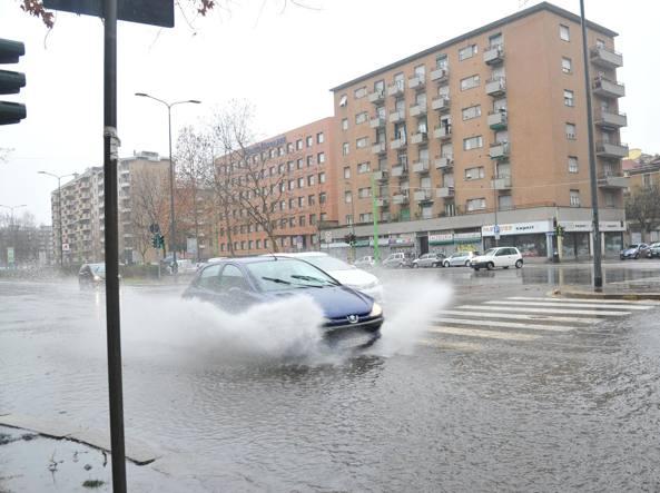 Forti piogge a milano il seveso esce dai tombini in viale suzzani - Piscina viale suzzani ...