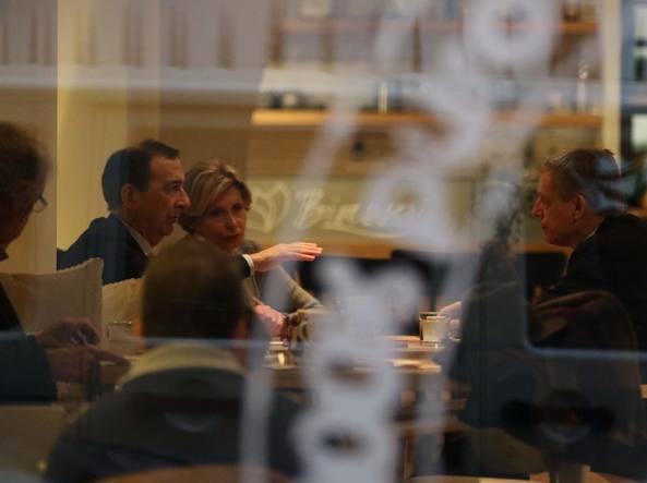 L'incontro al bar tra Giuseppe Sala, Gianni Cuperlo  e Barbara Pollastrini (foto Beescoop.com)