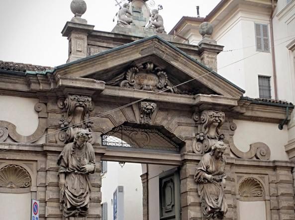 L'ingresso del seminario arcivescovile di Milano in corso Venezia, chiuso dal 2002, sarà affittato e ristrutturato (Fotogramma)