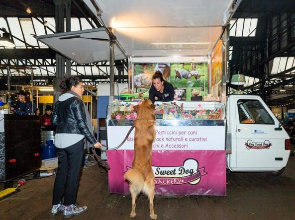 Elena Masson, 41 anni, con il suo food truck �Dog sweet dog�