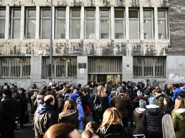 Studenti all'entrata del liceo scientifico Leonardo (Fotogramma)
