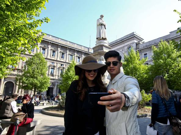 Turisti si scattano un selfie in piazza Scala (Photoviews)
