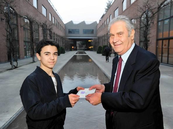 Marco Clerici riceve da Rodrigo Rodriquez il Gronchi Rosa (foto Maurizio Maule\Fotogramma)