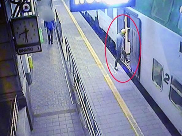 L'aggressore 32enne Marian Verdi mentre sale sul treno a Treviglio (Photo Masi)