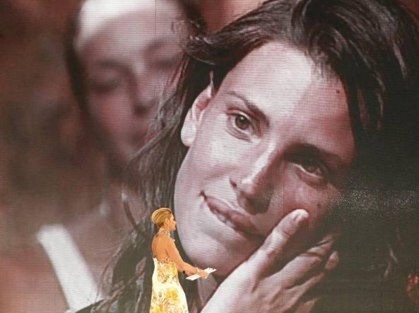 Claudia Galanti in collegamento dall'Isola dei famosi