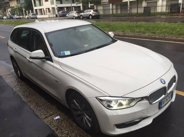 Milano: lo strano caso dell'auto accesa che non si può rimuovere