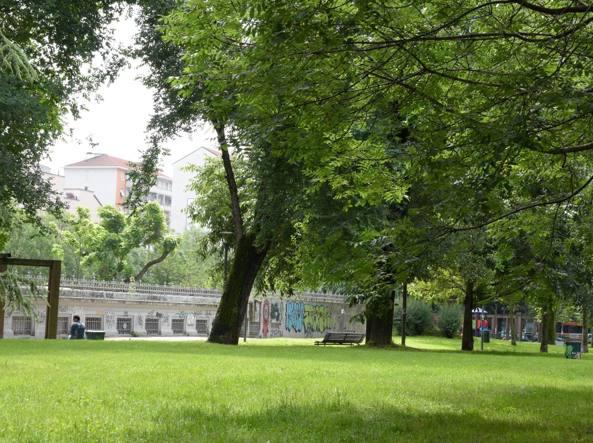 Il giallo di Carlotta trovata impiccata in Piazza Napoli a Milano