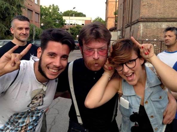 Chiara Magnamassa e il fidanzato Riccardo Maglianese, a sinistra, in una foto su facebook assieme al cantante degli Eagles of Death Metal,  la band che suonava al Bataclan durante l'attacco terroristico a Parigi