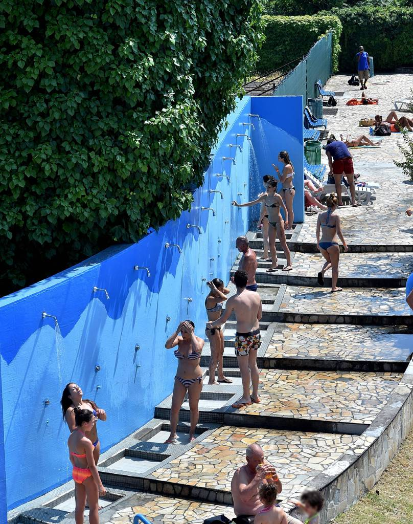 Piscine prese d assalto nel weekend i milanesi si for Piscina pioltello