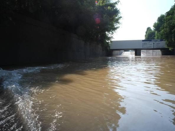 Scoppia una tubatura dell'acqua Allagata la zona di via Mecenate