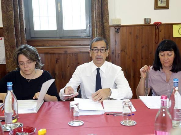 Giunta all'ex municipio di Crescenzago: al centro il sindaco Sala, a sinistra la vicesindaco Scavuzzo (Fotogramma)