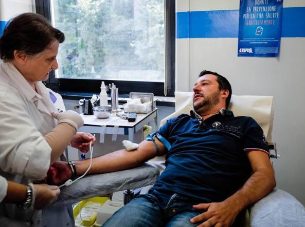 La donazione di sangue di Matteo Salvini all'Avis (Fotogramma)