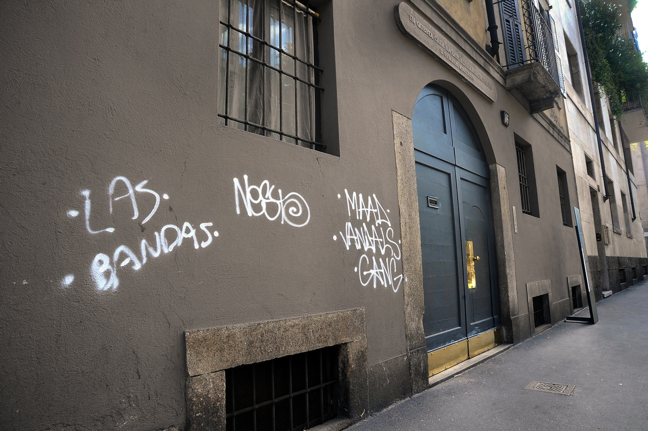 Vandali imbrattano i muri della casa natale di alessandro for Corriere casa