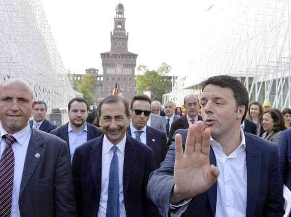 Il premier Matteo Renzi (d) e l'allora ad di Expo 2015 Giuseppe Sala in visita all'Expo Gate e al Salone del mobile, ad aprile 2014
