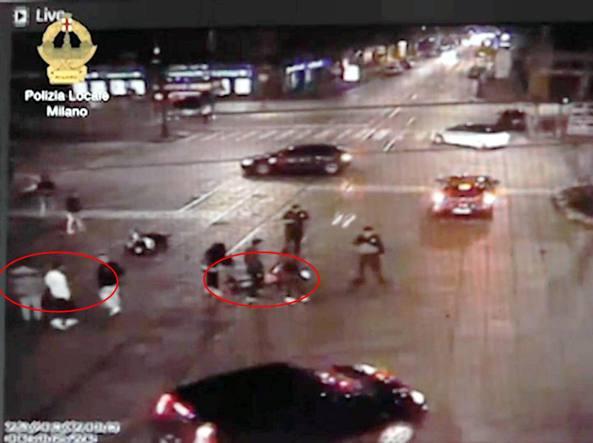 Milano, auto travolge due ragazze in moto: è caccia al pirata