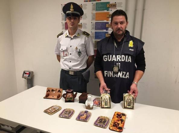 Gli oggetti contenuti nei bagagli della ragazzina: all'interno era nascosta la droga