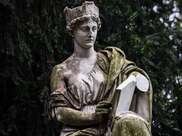 La scultura del 1800 che rappresenta l'Italia turrita danneggiata lo scorso 13 ottobre (Fotogramma)