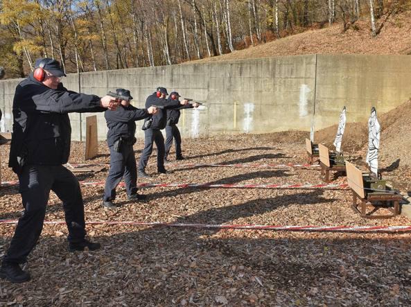Esercitazione di tiro per le future Guardie Svizzere nel centro di formazione della polizia svizzera a Isone (foto Cusa)