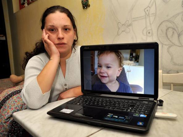 Alice Rossini mostra la foto della figlia di 4 anni (Fotogramma)