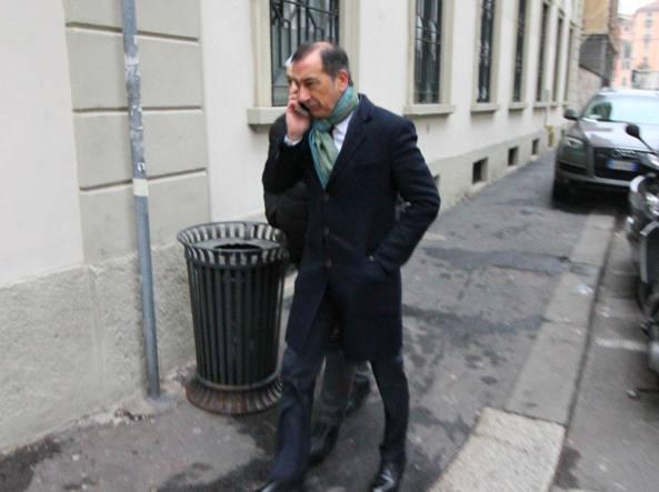 Giuseppe Sala esce di casa venerdì mattina (foto Paolo Salmoirago)