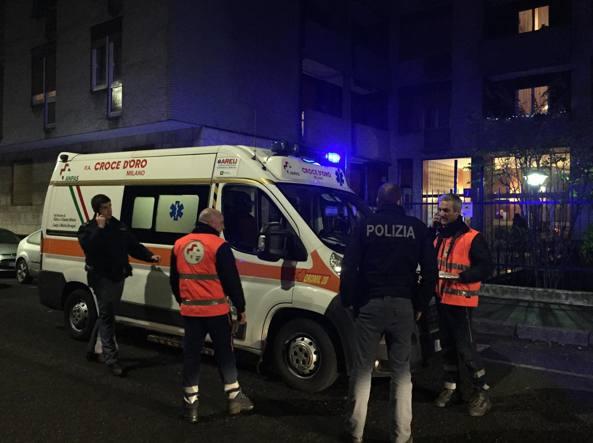 I sanitari del 118 e i poliziotti delle volanti in via Breno 7